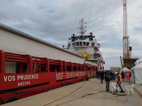 La nave Vos Prudence arrivata nel porto di Gioia Tauro con 649 migranti a bordo © ANSA