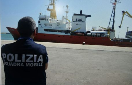 Cargo panamense traghetta 477 migranti nel porto di Palermo
