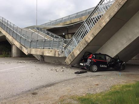 Cavalcavia crolla su auto dei carabinieri © ANSA