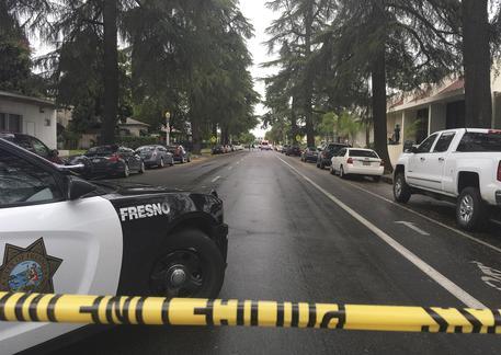 California, spara e uccide 3 persone. Sui social: