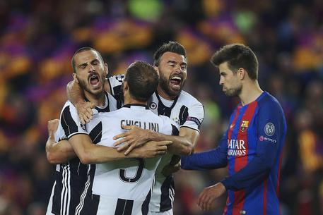 Da sinistra, Leonardo Bonucci, Giorgio Chiellini e Andrea Barzagli esultano al termine di Barcellona-Juventus © EPA