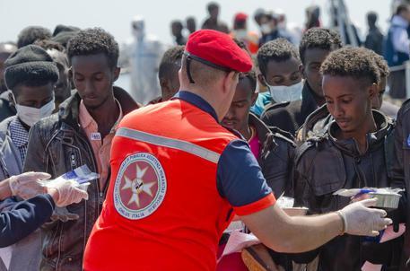 Sbarco migranti a Salerno: a bordo un bimbo morto di 3 anni