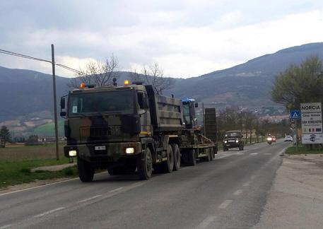 Trattori in cammino verso Castelluccio, superata la galleria di Forca Canapine