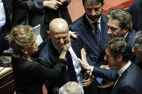Minzolini saluta i colleghi nell'Aula dopo la votazione sulle sue dimissioni © ANSA