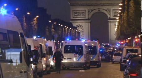 Attacco alla polizia agli Champs-Elyses di Parigi © AP
