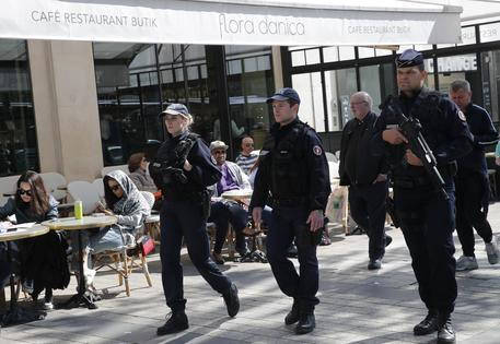 Parigi, con l'auto su furgone polizia a Champs Elysee, arrestato