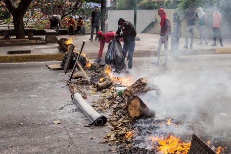 Venezuela in preda al caos: in 20 giorni uccisi 26 dimostranti