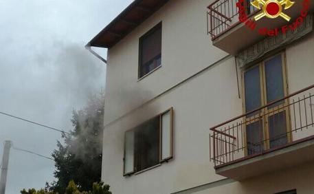 Grassina, incendio in appartamento: due anziani escono con i Vigili del Fuoco