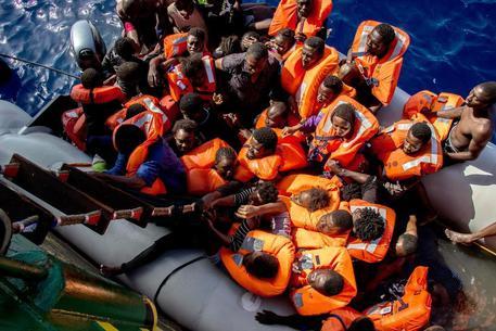 Naufragio di un gommone di migranti,