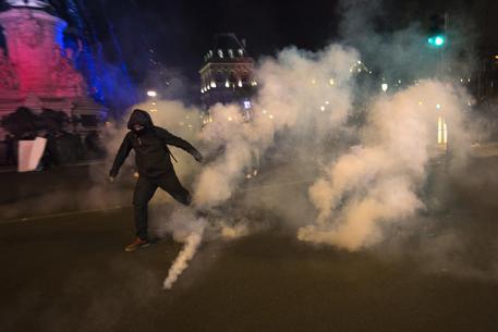 Antifascisti in piazza, scontri a Parigi con la polizia