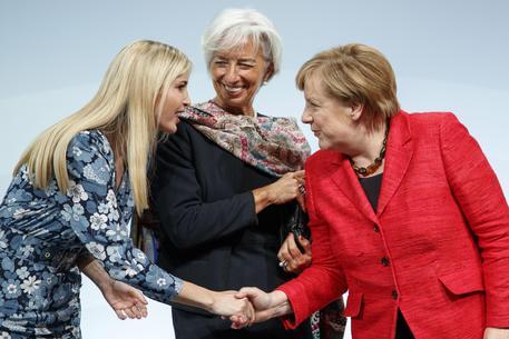Ivanka Trump alla Merkel: papà rispetta le donne. Fischi in sala