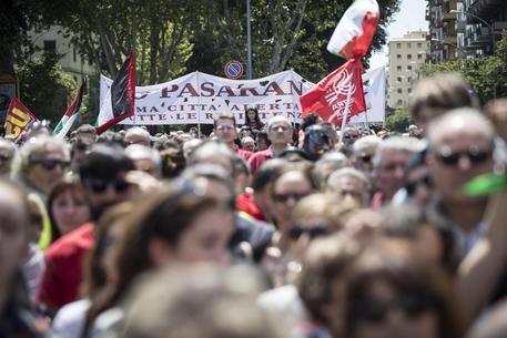 Alcune centinaia in piazza Caduti Montagnola a Roma, per il 25 aprile © ANSA