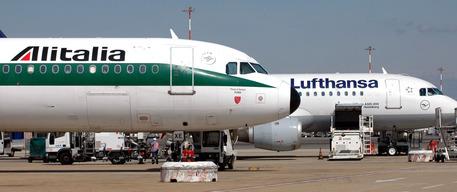 Aeromobili della Lufthansa e dell'Alitalia sulla pista dell'aeroporto di Fiumicino © ANSA