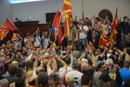 Macedonia, manifestanti irrompono nel Parlamento: feriti decine di deputati