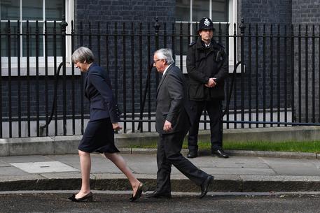 Theresa May e Jean-Claude Juncker a Londra © EPA