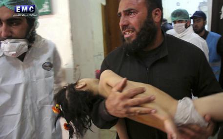 Siria: ong, almeno 58 morti in raid con sospetto gas © AP