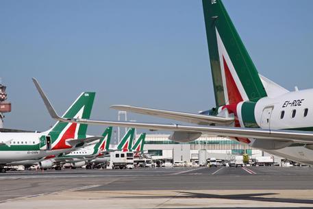 Aerei Alitalia stazionano nei parcheggi dell'aeroporto di Fiumicino © ANSA