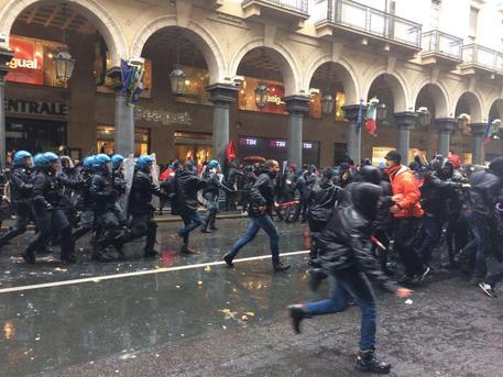 Francia: 1 maggio: scontri a Parigi, tre poliziotti feriti
