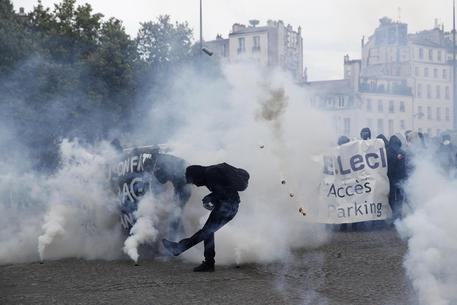 Scontri a Parigi al corteo per il Primo Paggio © EPA