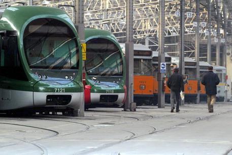 Auto contro tram davanti al centro commerciale Fiordaliso: feriti dei bambini