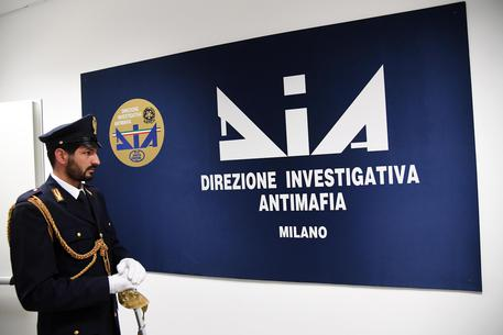 Un agente della Polizia di Stato davanti all'ingresso della nuova sede del Centro Operativo della  Direzione Investigativa Antimafia di Milano © ANSA