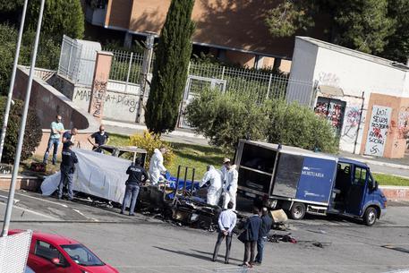 In fiamme camper a Roma, morta una ragazza e 2 bimbe © ANSA