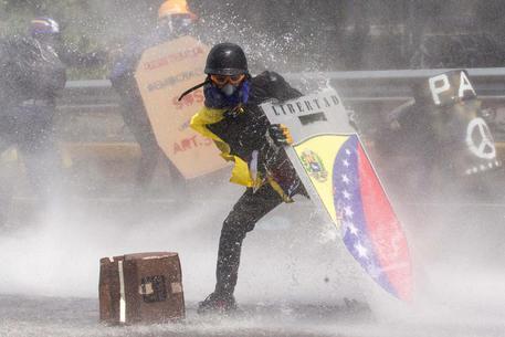 Scontri in Venezuela: contro la polizia bottiglie piene di escrementi