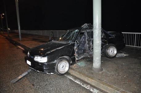 Auto contro palo, muore 20enne a Torino