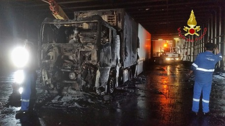 Tir in fiamme sul traghetto, evacuati i passeggeri