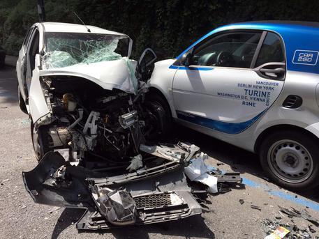 Perde il controllo dell'auto e si schianta contro il bus: morto 36enne