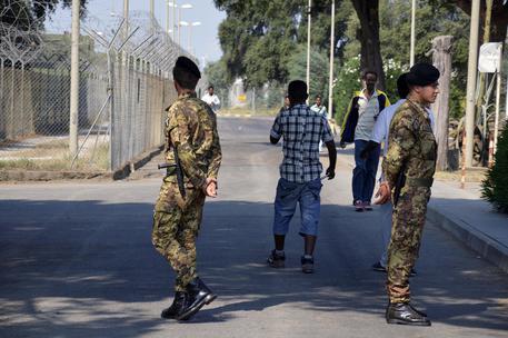 Migranti: arrestato trafficante uomini e torturatore