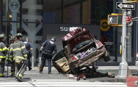 Vehicle strikes pedestrians in Times Square © EPA