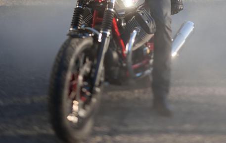 Morto 16enne investito da una moto: è caccia al pirata della strada