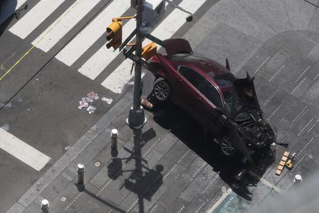 Auto sulla folla a New York: morta una donna, 23 feriti