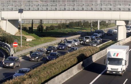 Ponte della Roma-Fiumicino chiuso: distacco di intonaci e pellicola di copertura