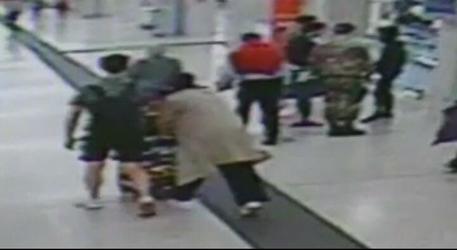 Un frame del video della Polizia che mostra il momento dell'aggressione avvenuta ieri sera all'interno della Stazione Centrale di Milano © ANSA