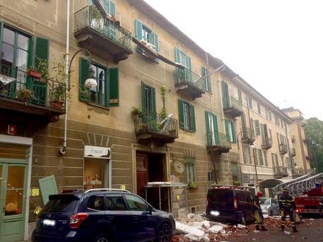 Crolla un tetto in via Romani a Torino, tragedia sfiorata