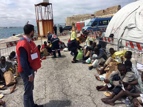 Domani mattina circa 950 migranti sbarcheranno nel porto di Taranto