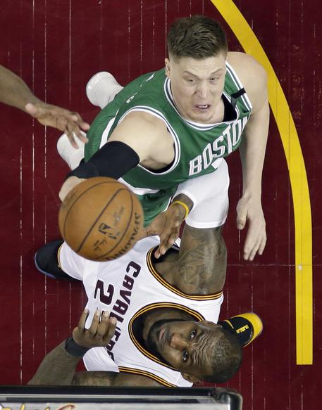 Basket, NBA Playoff 2017: Cleveland demolisce Boston, 130-86 nel Game 2