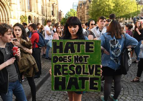 La veglia a Manchester per le vittime della strage all'Arena © EPA