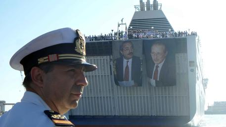 L'arrivo della nave della legalita' con le foto dei giudici Falcone e Borsellino per la commemorazione  della strage di Capaci al porto di Palermo © ANSA