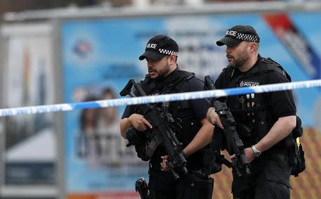 Poliziotti vicino alla Manchester Arena © AP
