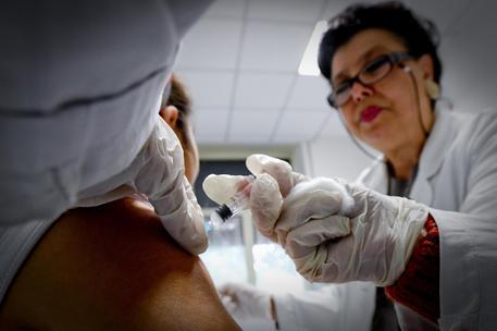 Una bambina viene vaccinata in un ambulatorio della Asl © ANSA
