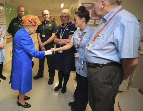 La regina Elisabetta in visita all'ospedale dove sono ricoverate alcune vittime dell'attacco alla Manchester Arena © AP