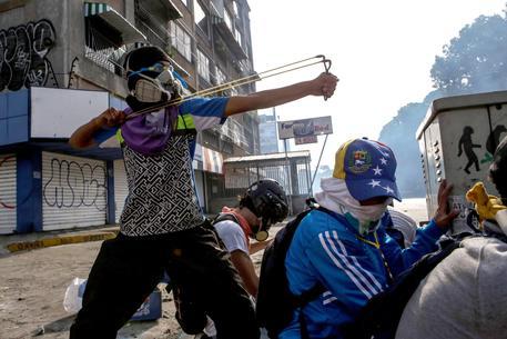 Venezuela: ucciso un altro giovane in protesta anti Maduro
