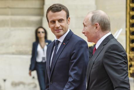 Putin e Macron a Versailles © EPA