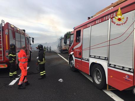 Loreto, camion in fiamme sulla A14. Illeso il conducente