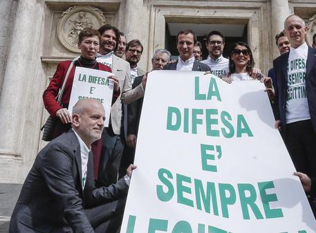 Foto d'archivio di un flash mob della Lega per la legittima difesa davanti a Montecitorio © ANSA