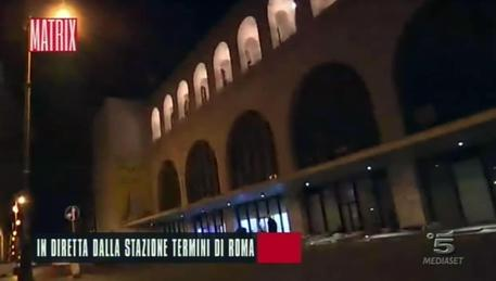 Aggredita troupe di Matrix in diretta da Roma Termini