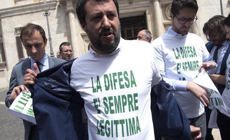 Matteo Salvini fuori dalla Camera dopo l'approvazione del testo © ANSA